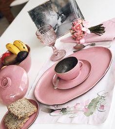 Bom dia!!!  Encantada com minha mesa pink! Cerâmicas lindas da artista @danielleraiola_arti { disponíveis na multimarcas @areaoito }