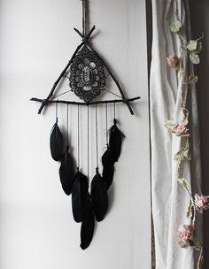 Pagan Poetry Black . suspension triangle de bois pointe de
