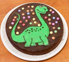 SUR LA TRACE DES DINOS. Un gâteau dinosaure pour les petits aventuriers !
