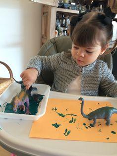 Pegadas de dinossauros com tinta