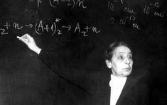 Lise Meitner, en 1949, explique une équation.