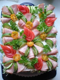 Cake with carrot and ham - Clean Eating Snacks Meat Trays, Food Platters, Finger Food Appetizers, Appetizer Recipes, Salad Presentation, Appetizer Sandwiches, Fingerfood Party, Sandwich Cake, Party Trays