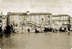 Foto storiche di Roma - Lungotevere Tor di Nona. Teatro Apollo, di fronte a Castel Sant'Angelo, fu distrutto in seguito alla costruzione dei muraglioni del Tevere, rimane in ricordo una fontana Anno: 1887