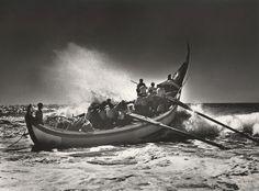 Portugal, barque lune à Vieira de Leira, 1954 par Jean Dieuzaide