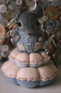 Little Mouse Pincushion/Ratoncito acerico...precioso!