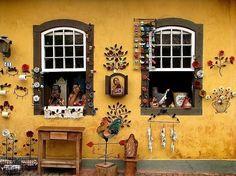 """DE SÃO PAULO A EMBU DAS ARTES - O complemento """"das artes"""" foi oficialmente incorporado ao nome da cidade em 2011 por uma razão: o local concentra uma grande quantidade de pintores, escultores, músicos e poetas. Aos finais de semana, acontece a tradicional feira de artesanato. Os expositores vendem tapetes, bijuterias, móveis, antiguidades, quadros e objetos de decoração. A cidade está a 30 quilômetros do centro de São Paulo. As rodovias Régis Bittencourt e Raposo Tavares levam até lá."""