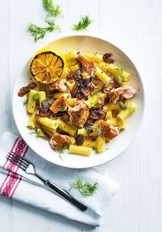 Pastaa, savulohta ja paistettua sipulia, Pasta, smoked salmon and fried onion – Ruoka.fi