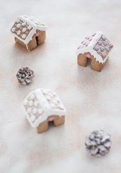 Tiny Gingerbread Houses - BakeNoir.com