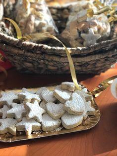 """Sempre per la categoria """"Dolcetti di Natale""""… oggi si preparano i  Curambiedes o, rispettando il nome originale, i kourabiedes, tipici pasticcini greci natalizi. In realtà la mia…"""