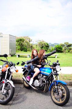 バイクは好き…でも免許持ってない。できることはただうしろに乗るだけ♡ そんなタンデム女子の自由すぎる写真を載せていきます♩ 城ヶ島にて(2015年6月6日) とりあえずやります!なりきりポーズ!! スピード出てる風にも撮ってみます!(止まってるけどw) クールにも撮ってみる。 笑っちゃってる…クールにならない(涙) さいごはタンデムごっこ(笑)!! おふざけにお付き合いただきありがとうございました! え?くだらなすぎ?? いや、また載せます(笑)♡