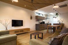 暮らしを深める家|施工実例|愛知・名古屋の注文住宅はクラシスホーム Wood Wallpaper, Wood Ceilings, Flat Screen, House, Rooms, Instagram, Timber Wall Panels, Wood Beamed Ceilings, Blood Plasma