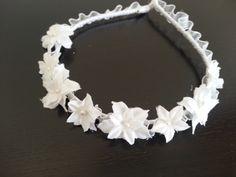 Diadema Hawai,elaborada con flores de tela ( florcitas de azahar ) y pistilo y cinta de organza.Especial Comunión – Boda