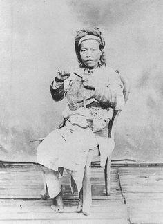伊能嘉矩 台灣原住民寫真集:屈尺地方泰雅族女子手拿口簧 - 1896