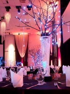 ramas decoradas con luces de navidad y luces de LED en el fondo del jarrón para centros de mesa. #CentrosDeMesa
