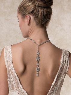 Un collar delicado es el complemento ideal para un vestido con escote en la espalda.