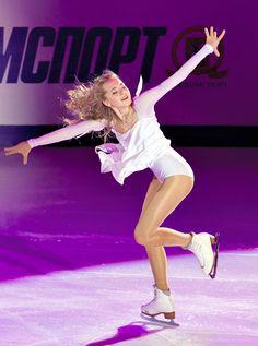 エキシビションで演技するエレーナ・ラジオノワ(ロシア)=AP (2015年11月22日)