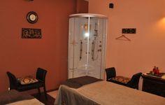 Salon masażu tajskiego. Pokój dla par. Masaż tajski może być stosowany przez osoby w różnym wieku i o rozmaitym stopniu sprawności fizycznej. Tajowie polecają sesje 2 – godzinne, podczas gdy 1-godzinne wizyty w gabinecie pomagają skupić się na konkretnym problemie, np. bólu pleców. Po zabiegu zalecane jest wypicie minimum jednej szklanki wody, celem uzupełnienia płynów w organizmie.