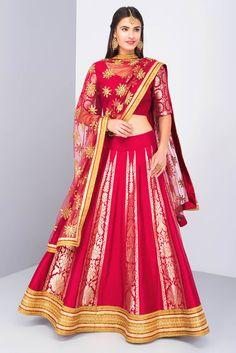 Benarsi Lehnga To Add That Extra Charm At Your Mehndi - Bridals. Banarasi Lehenga, Lehenga Saree, Bridal Lehenga, Indian Bridal Outfits, Indian Dresses, Indian Wear, Indian Attire, Indian Style, Ladies Sangeet