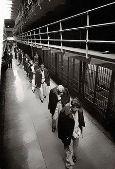 """Gefunden auf: http://heftig.co/fotos-aus-der-vergangenheit/ """"Die letzten Gefangenen verlassen Alcatraz, die berühmte Gefängnisinsel vor San Francisco, 1963"""""""