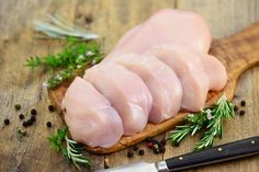 Mitä eroa on broilerin rintafileellä, fileepihvillä ja paistileikkeellä? Food N, Sushi, Meat, Baking, Dinner, Ethnic Recipes, Koti, Lasagna, Beef