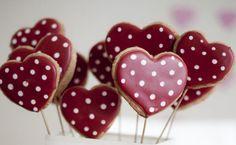 So eine schöne Dekoidee für den Valentinstag. Und essen kann man die Kekse auch!