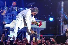 O Rei Roberto Carlos em seu show de aniversário com 50 mil pessoas cantando 'parabéns a você'   NOSSA JOVEM GUARDA