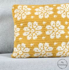 Kijk wat ik gevonden heb op Freubelweb.nl: een gratis haakpatroon van My Crochetory om dit mooie bloemenkussen te haken https://www.freubelweb.nl/freubel-zelf/gratis-haakpatroon-bloemenkussen/