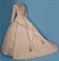 Ivory Seide faille Hochzeitskleid mit chenille Fransen und Quasten trim (hinten), American, 1868. Getragen von Mrs. Alonzo H. Wood.