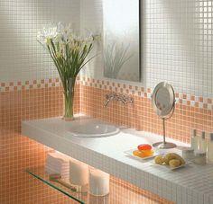 Pared y mesa de baño con cerámicos pequeños