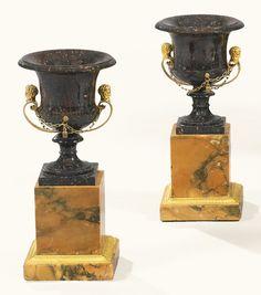 Par de jarrones de porfirita y marmol sienna con aplicaciones de bronce dorado, finales del siglo 18 y principios del 19. Alto 33 cm.