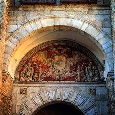 Detalle del interior de la Puerta de Bisagra de Toledo (Escudo de la Ciudad Imperial)