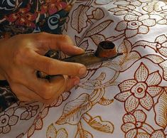 Tinuku Know Various Types of Traditional Indonesian Batik Patterns Textiles Techniques, Painting Techniques, Batik Art, Traditional Fabric, Sculpture Painting, Silk Painting, Teaching Art, Textile Art, Flower Art
