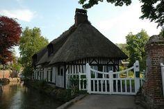 Maison Normande typique avec le toit de chaume