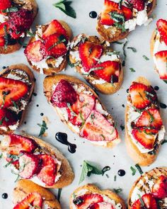 A delicious, sweet and savoury summer appetizer with goat cheese, strawberries, balsamic reduction (make your own!) and torn mint. (Goat Cheese Making) Quick Appetizers, Appetizers For Party, Appetizer Recipes, Appetizer Ideas, Cheese Appetizers, Delicious Appetizers, Party Recipes, Healthy Snacks, Healthy Recipes