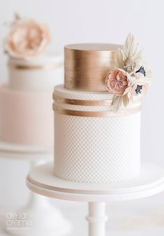 """Heidi from De La Créme Creative Studio calls these cakes a """"World Trio Cake Set"""" for the """"well-traveled bride and groom."""" The coupleare pilots, so she incorporated the map of the worldon the main cake, tying the twopetite cakes to the first, by using the same color palette of blush and rose gold, David Austin …"""