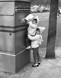 Dos hermanas enviando su carta a los Reyes Magos.- Madrid, Paseo del pintor Rosales, 1968