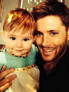 I don't watch Supernatural but this is SO ADORABLE! Jensen (Dean Winchester on Supernatural) and his daughter! Look at her, smiling for the camera like a natural! Castiel, Sammy Supernatural, Supernatural Background, Supernatural Fanfiction, Supernatural Wallpaper, Crowley, Sam E Dean Winchester, Sam Dean, Winchester Brothers