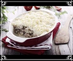 Le hachis Parmentier est un plat à base de purée de pommes de terre et de viande de bœuf hachée. Ce gratin doit son nom à l'apothicaire Antoine Parmentier qui convaincu que le tubercule pouvait combattre efficacement la disette le fit goûter à Louis XVI. Le mot plus général  hachis  désigne un plat dans lequel les ingrédients sont hachés émincés ou broyés.  #FLE #AFMX #AllianceFrançaise #français #ParlezFrançais #languefrançaise #apprendrelefrançais #hablafrances #speakfrench #parlerfrançais…