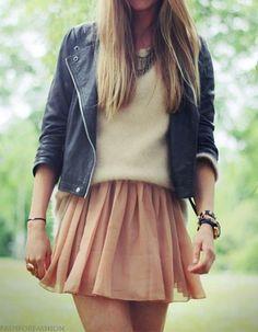 Tenue : Perfecto noir, pull blanc et jupe crème.