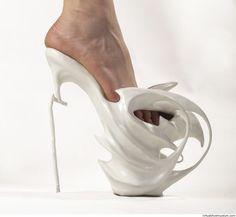 zapatos blancos de extrañas formas