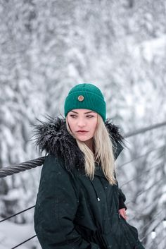 Hipster hiking outdoor outfit for Women. Winter wonderland look with a wool beanie for women. Womens Fashion Casual Summer, Black Women Fashion, Womens Fashion For Work, Women's Fashion, Winter Looks, Hipster Beanie, Classic Style Women, Hipsters, Outdoor Outfit