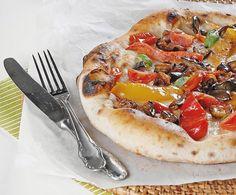 La pizza con peperoni zucchine e melanzane, ricetta di Antonino Esposito, pizzaiolo napoletano doc. Impariamo a preparare questa pizza con verdure, gustosa e genuina. http://www.alice.tv/ricette-cucina/pizza-focacce/pizza-peperoni-zucchine-melanzane