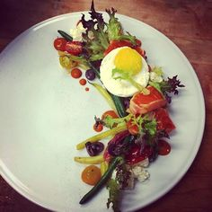 Tataki de saumon salade Niçoise et œuf sunnysideup #plating #bouillonbilk #salmon #tataki #sunnysideup #biatch by em_bo_em
