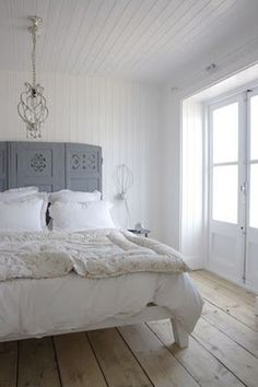 I really like white rooms, they remind me of the beach