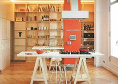 Une cuisine en bois sur fond de décor Haussmanien