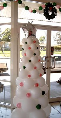 Árbol de Navidad nevado hecho con globos.