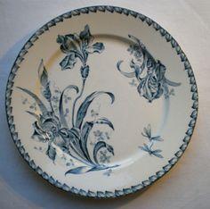 Assiette Art Nouveau Terre de Fer signé Badonviller F.T. Les IRIS bleus