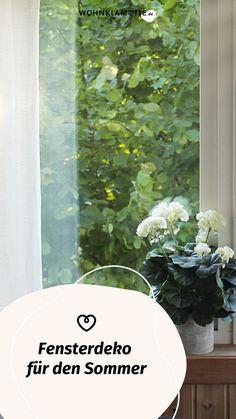 Die Sonne lacht durch das Fenster und Du suchst nach kreativen Ideen speziell für diesen Bereich? WOHNKLAMOTTE gibt Dir wertvolle Tipps für eine fröhlich-frische Fensterdeko für den Sommer. Mit ein paar wenigen Handgriffen zauberst Du ein schönes Sommerfeeling. Curtains, Prints, Home Decor, Garlands, Dekoration, Fake Flowers, Holiday Travel, Handy Tips, Exotic