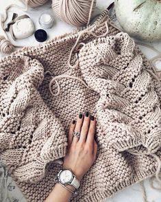 Knitting Inspiration 🌸on Knitting Blogs, Sweater Knitting Patterns, Knitting Stitches, Knitting Designs, Knit Patterns, Free Knitting, Knitting Projects, Herringbone Stitch, Knit Fashion