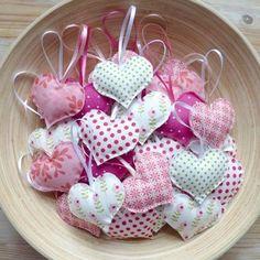 Auch ein Give-Away was man gut selber machen könnt. als Duftsäckchen oder Glücksbringer oder so Valentine Decorations, Valentine Crafts, Valentines, Felt Christmas, Christmas Crafts, Craft Projects, Sewing Projects, Sewing Ideas, Diy And Crafts